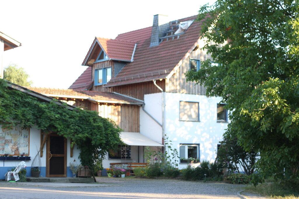 Rathsbacher Hof Weilmuenster Ernsthausen Hofeinfahrt