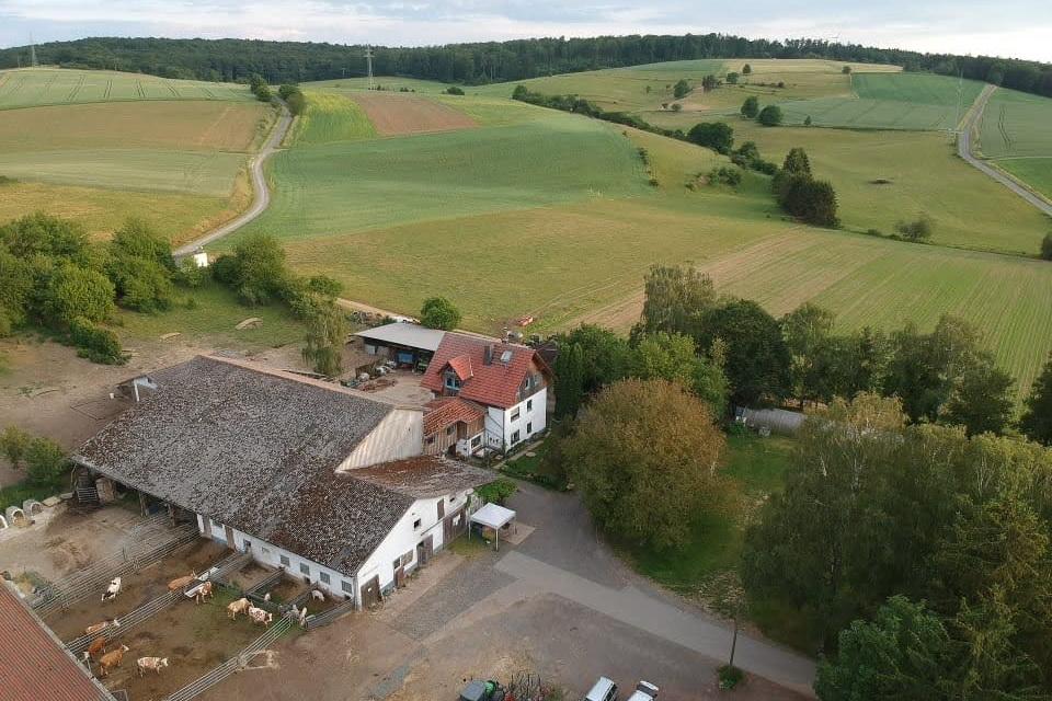 Rathsbacher Hof von oben Demeter Betrieb im Taunus Drohne